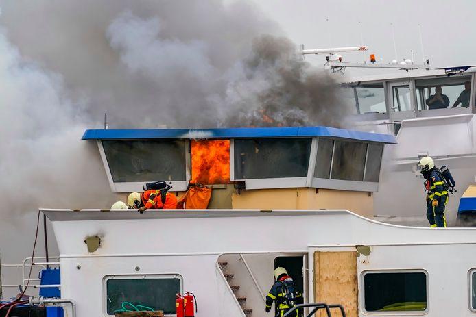 Vlammen uit een deel van het schip.