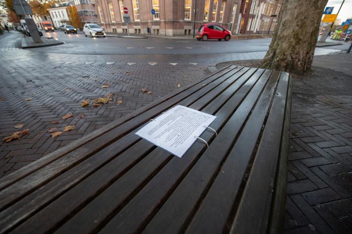 Het briefje werd achtergelaten op een bankje in Apeldoorn, op de hoek van de Deventerstraat met de Kerklaan.