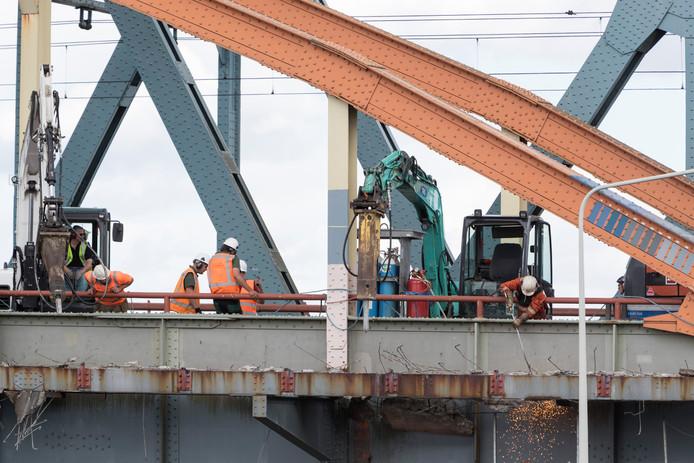 De Oude IJsselbrug is tot 18 augustus afgesloten voor verkeer. Tussen 25 juli en 8 augustus is de naastgelegen spoorbrug eveneens buiten gebruik vanwege werkzaamheden.
