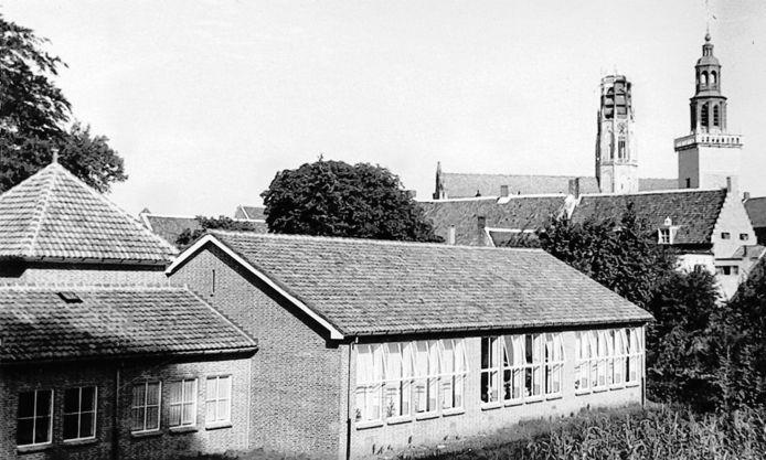 De Willibrordusschool in 1947 met op de achtergrond de kapotgeschoten toren van de basiliek in Hulst. repro Wim Kooyman