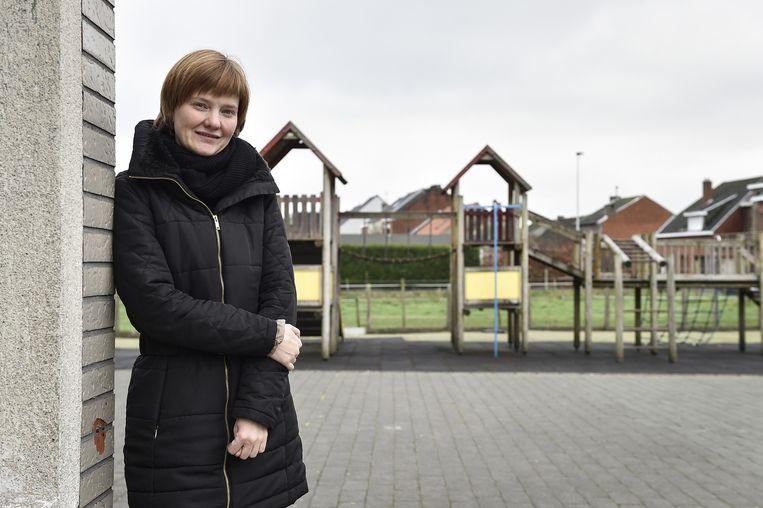 Schepen Lien Verwaeren op het speelplein aan de gemeenteschool.