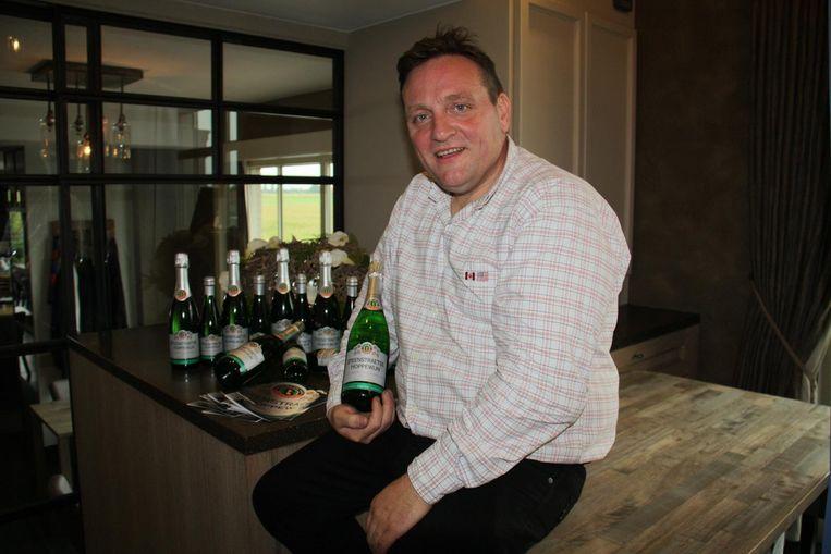 Filip Decroix van wijngoed Zilver Cruys presenteert zijn Steenstraetse hoppewijn.