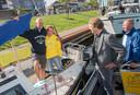 Dirk en Ileine Evers zaten in hun zeiljacht te relaxen, toen wethouder Marcel Companjen ineens langszij kwam.