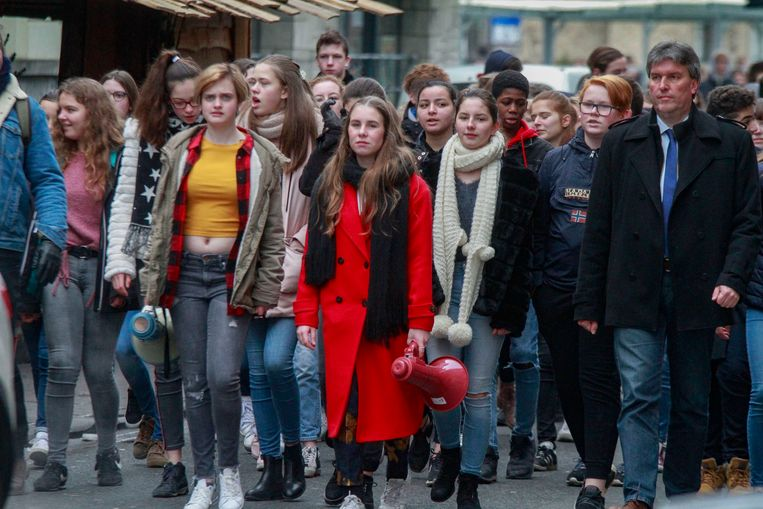 Initiatiefneemsters Amber Roelstraete (met gele t-shirt) en Ode Carron (met rode jas).