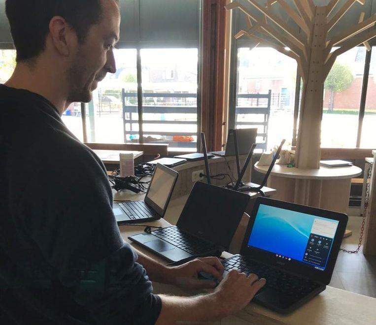 DIEST- Nog even alle laptops controleren vooraleer ze worden uitgedeeld aan de leerlingen van de Adite schoolgemeenschap