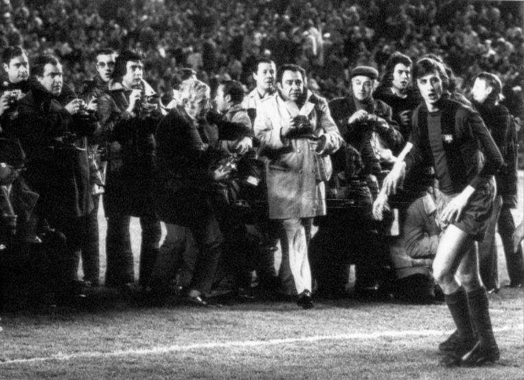 Johan Cruijff, bij aanvang van de wedstrijd Real Madrid - FC Barcelona (uitslag 0-5) doelwit van vele Spaanse persfotografen. Johan Cruijff zou een fantastische wedstrijd spelen, Madrid, 17 februari 1974. Beeld anp