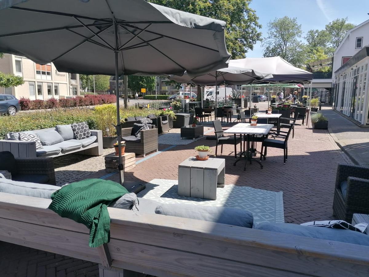 Het terras van restaurant De Babbelaer in Lochem staat er om 12.00 uur tiptop bij voor de eerste bezoekers.
