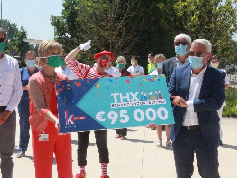 Thx-bon voor de zorg AZ Groeninge, Dominique Desmeytere overhandigt de cheque aan algemeen directeur Inge Buyse