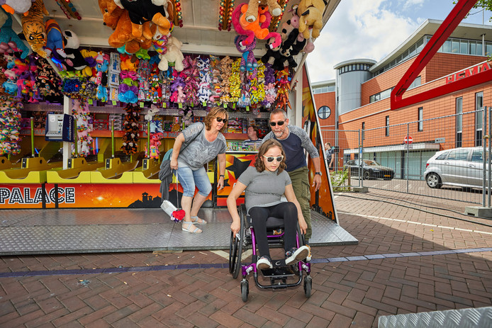 Vicky Plaisier (17) rolt enthousiast naar de volgende attractie met haar ouders Astrid en Willem.