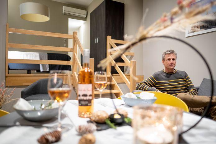 Ivo Van Itterbeeck in een kamer van Hotel Elisabeth waarin een diner wordt aangeboden