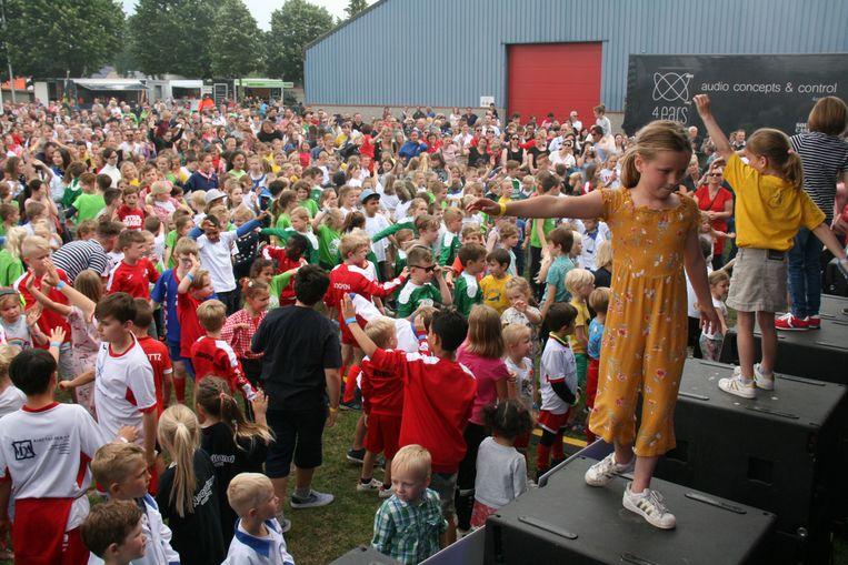 Meer dan 250 kinderen dansten op de muziek van een eigen nummer