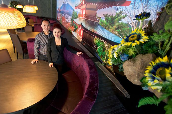 Hongyi Lin en zijn vrouw Kowa Lin beginnen in Raamsdonksveer een groot sushi-restaurant met ruim 250 zitplaatsen, Yoshimi. Momenteel wordt de laatste hand gelegd aan het interieur, volgende week is de opening. foto Johan Wouters/Pix4Profs