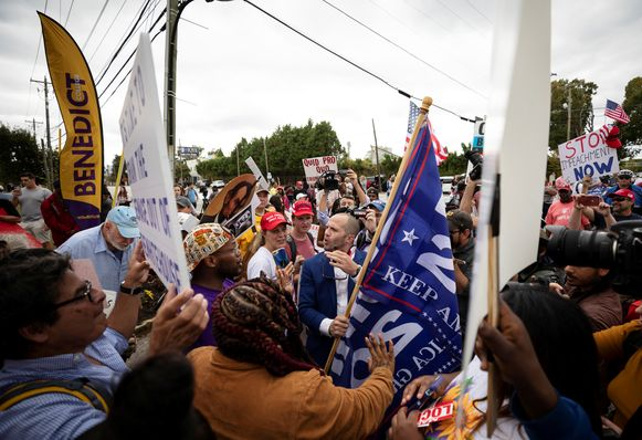 Clash tussen betogers en aanhangers van Trump voor het Benedict College.