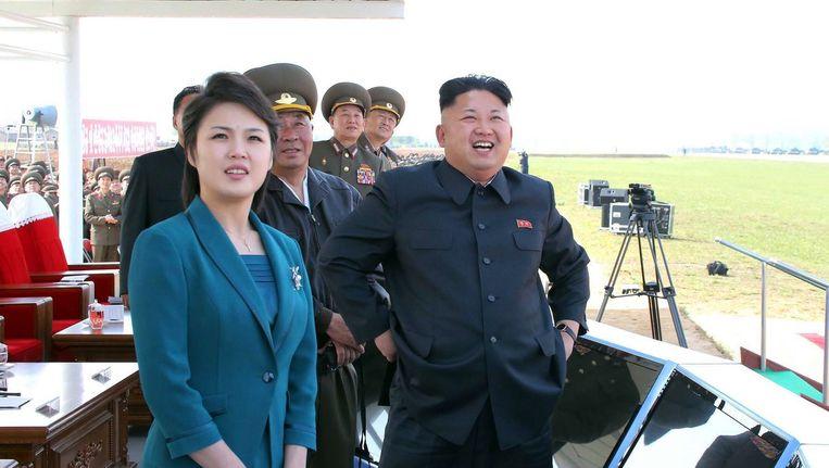 De Noord-Koreaanse leider Kim Jong-un en zijn huidige vrouw, op een foto die vorige week werd gepubliceerd. Beeld afp