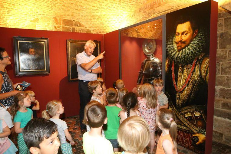 Toenmalig burgemeester Jan Laurys speelde in het museum gids voor een groep schoolkinderen.