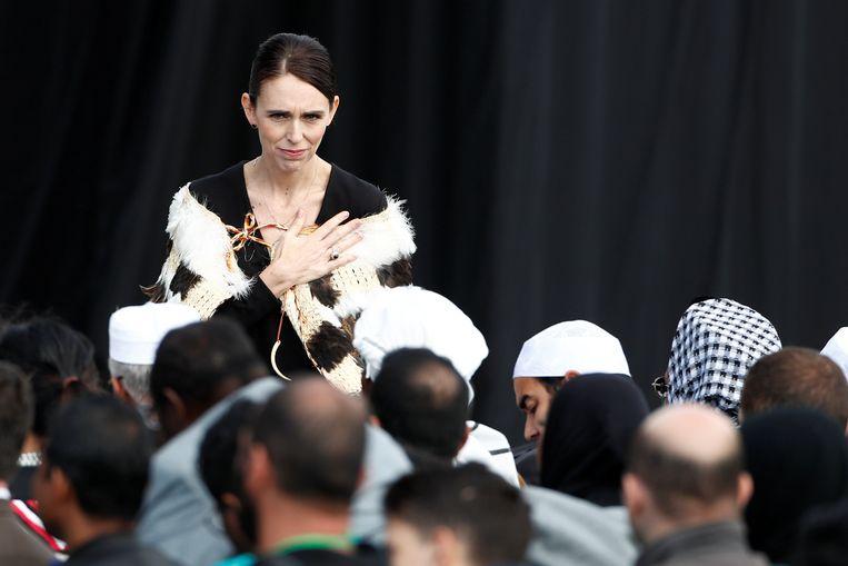 Jacinda Ardern begroet familieleden van de slachtoffers.