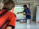 Een coach doet de nabespreking van de wedstrijd met hulp van het systeem van 360SI.