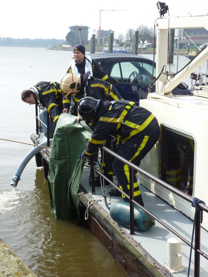 Het is niet voor het eerst dat de brandweer in de omgeving van de Grote Merwedesluis een schipper in nood helpt: in 2013 dichtte de brandweer bij een zinkend schip een scheur in een romp met een zeil.