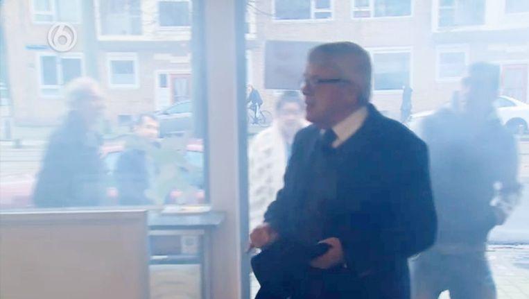 Mr. Frank Visser komt aan in de shoarmazaak. Beeld SBS6