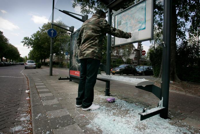 Een vernield bushokje aan de Hugo de Grootlaan in Dordrecht.