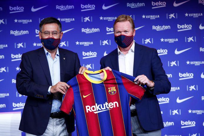 Josep Maria Bartomeu en Ronald Koeman bij de presentatie in Camp Nou op 19 augustus.