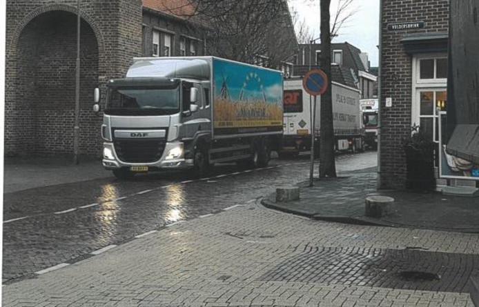 Nu komt het voor dat vrachtwagens laden en lossen in de Waltorenstraat. Dat is niet de bedoeling.