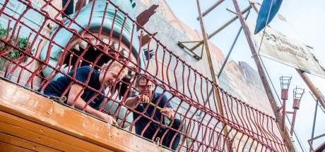 De haai hangt stevig: controleurs keuren attractie op Tilburgse Kermis