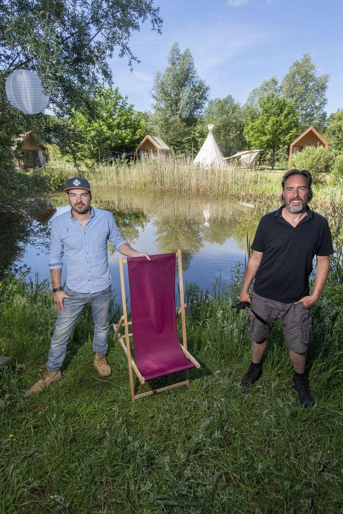 Jeroen Scheurs (links) en Michael Wedel op hun  pop-up glamping  in Eibergen