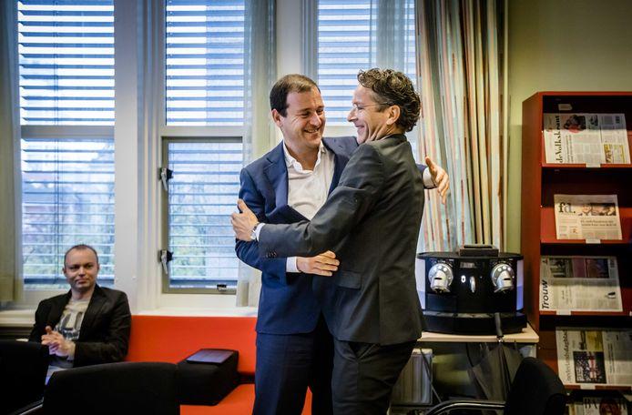 Lodewijk Asscher omhelst Jeroen Dijsselbloem tijdens de fractievergadering van de PVDA . Dijsselbloem vertrekt uit de politiek nu de nieuwe kabinetsploeg zo goed als rond is. Foto: Bart Maat