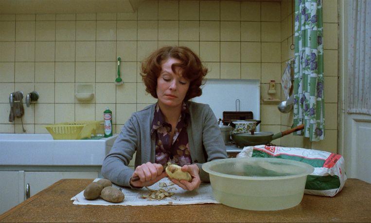 Delphine Seyrig in Jeanne Dielman, 23 quai du Commerce, 1080 Bruxelles (1975) van regisseur Chantal Akerman. Beeld geen credit