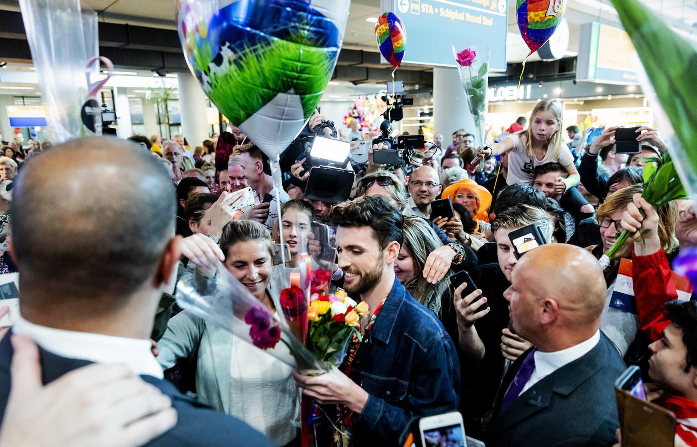 Duncan na het winnen van het Songfestival 2019 op Schiphol.
