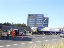 Vrachtwagen schaart op A59 bij knooppunt Hintham, auto kan truck niet meer ontwijken