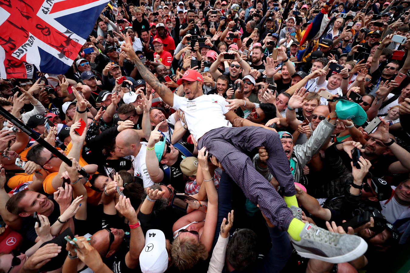 Ondenkbaar in 2020: Lewis Hamilton gaat bij het circuit van Silverstone op in de menigte.