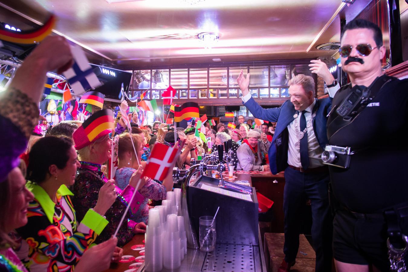 De opening van het Klapperen gebeurt in Eurovisie Songfestival stijl inclusief vlaggetjes. Burgemeester Mark Buijs komt op met beveiliging.