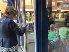 100-jarige verrast door burgemeester en Ali B.