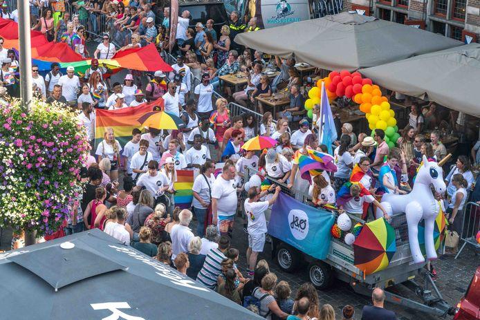 De Pride Parade trok zaterdag veel bekijks in de binnenstad van Zwolle. Het idee van de organisatie was aandacht voor gelijkwaardige behandeling en diversiteit in Noord- en Oost-Nederland.