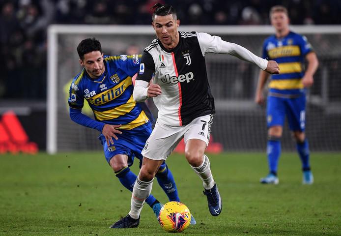 Cristiano Ronaldo passeert Parma-speler Matteo Scozzarella.