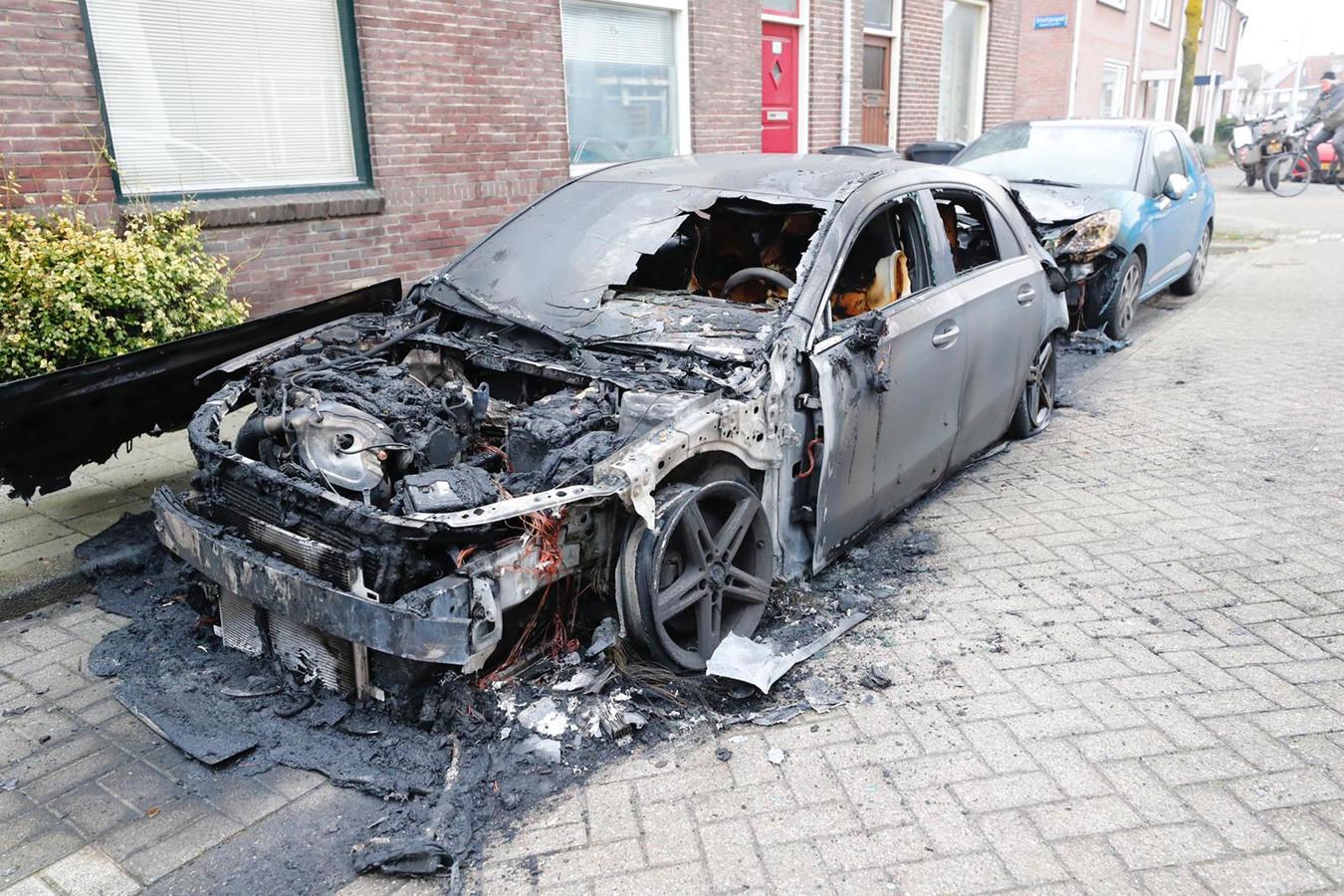Van deze auto in de Lijmbeekstraat in Eindhoven bleef niets meer over.