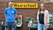 Nostalgie na de fusie: broer en zus hangen oud Waarschoot-bord in de tuin