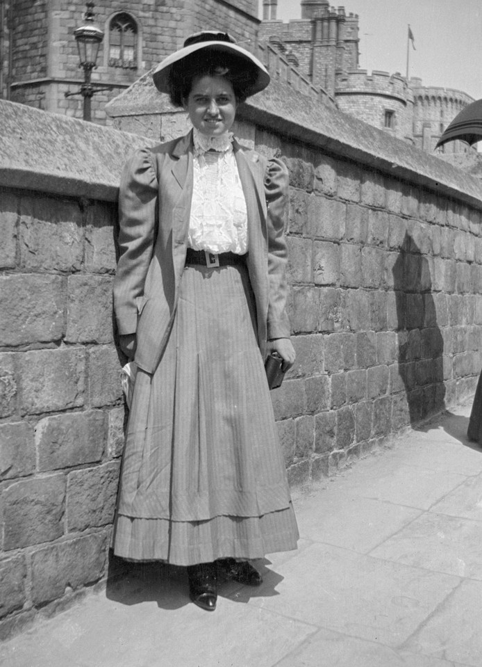 Rose Fitzgerald poseert in 1908 aan Windsor Castle in Windsor, Berkshire, England.