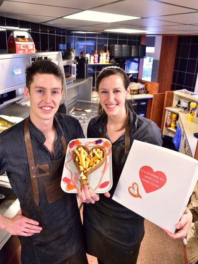 Kees de Ruiter en Kyra Straver en met hun Valentijnsfrikandel Snackbar Den Uyl in Bergambacht.