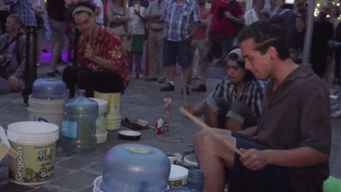 Mexicaanse drummers ontmoeten elkaar op straat met emmers, pannen en cimbalen. Wat volgde is een wereldtournee langs de Gentse Feesten
