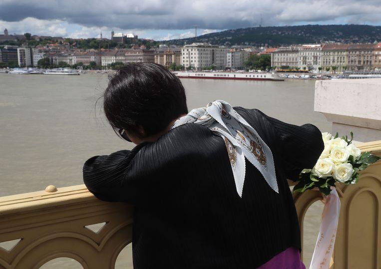 Tal van Zuid-Koreanen komen rouwen op de brug over de Donau in Boedapest waar de bootramp plaatsvond. Slechts zeven van de 35 mensen, waaronder 33 Zuid-Koreaanse toeristen, werden gered. Zeven mensen werden reeds dood teruggevonden en 21 anderen zijn nog steeds vermist.