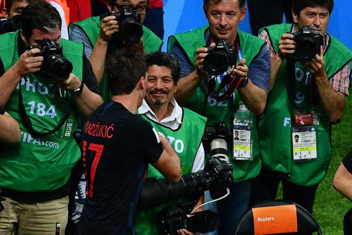Mario Mandzukic schudt de Mexicaanse AFP-fotograaf Yuri Cortez de hand.