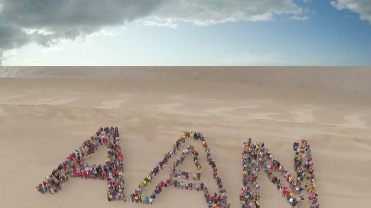 600 mensen vormden samen verschillende woorden op het strand