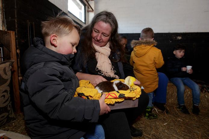 Kinderen tekenen voor het behoud van Kinderbierderij De Schouw in Zutphen. In de knuffelhoek van de kinderboerderij is het altijd druk.