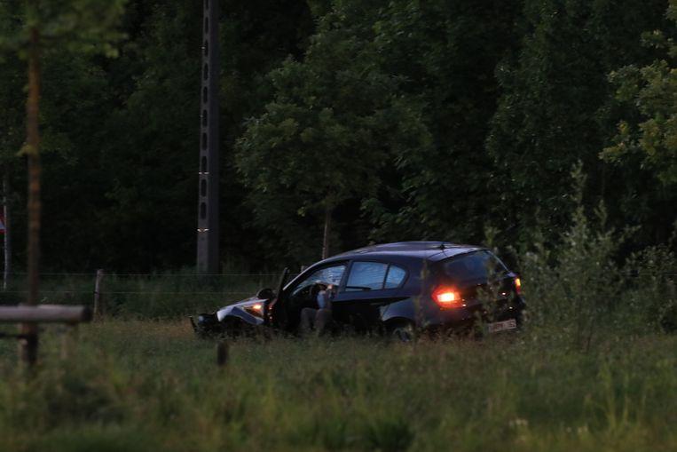 De auto kwam tot stilstand in een weiland.