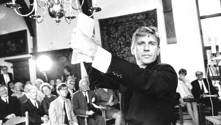 Schrijver Gerard Reve tijdens de toekenning van de P.C. Hooftprijs in 1969. Beeld anp