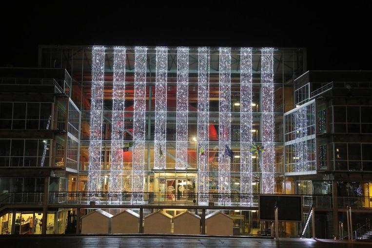 De kerstverlichting aan het gemeentehuis.