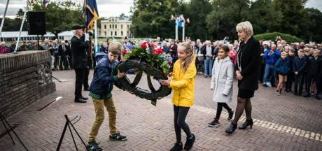 Ingetogen herdenking Slag om Arnhem bij monument De Naald in Oosterbeek